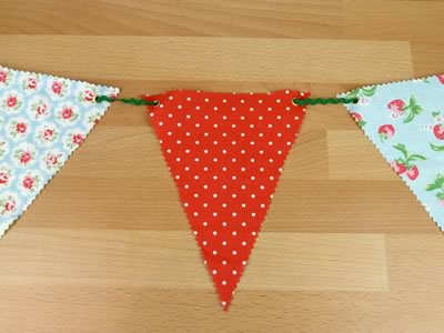 how to make decorative bunting threading ric rac
